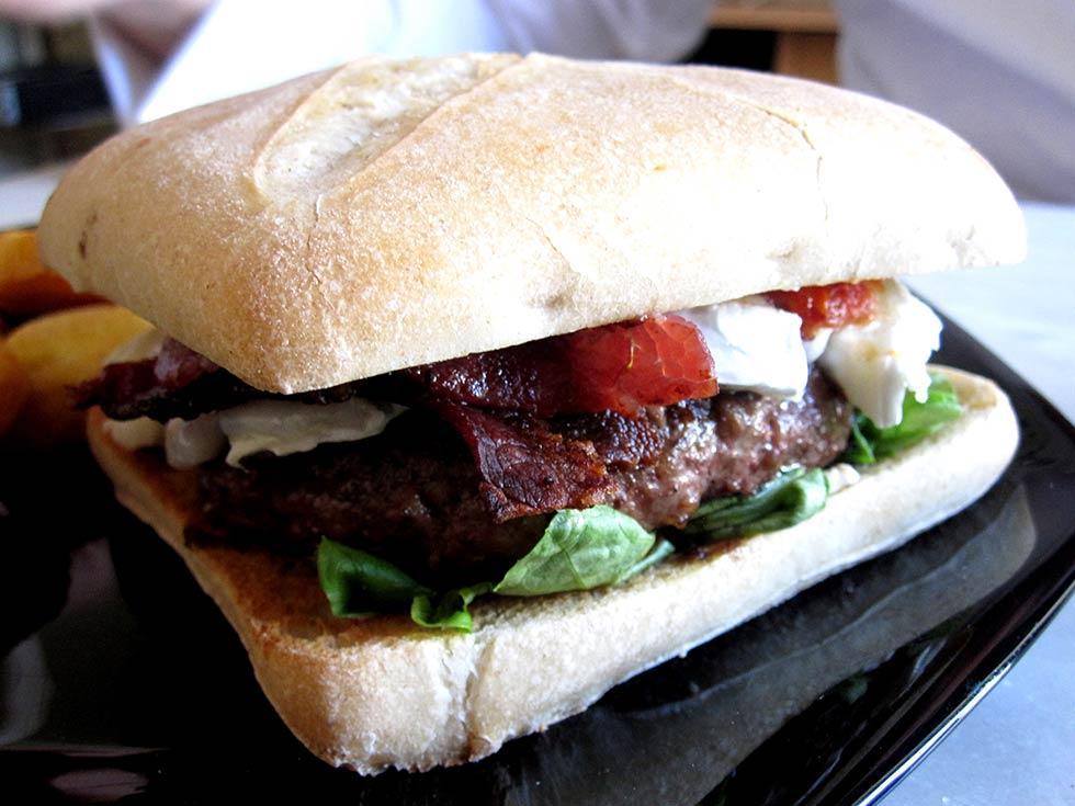 photos de burger fondant au chvre et bacon burger maison. Black Bedroom Furniture Sets. Home Design Ideas